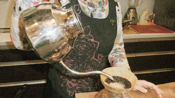 画像:一杯一杯丁寧に注がれるコーヒー